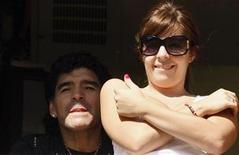<p>Foto de archivo de Diego Maradona y su hija Dalma en un partido entre Boca Juniors y Colon de Santa Fe en Buenos Aires, 14 dic 2008. La policía argentina retuvo el lunes el automóvil y la licencia de conducir de la actriz Dalma Maradona, cuando la hija del ex futbolista y técnico de la selección argentina de fútbol Diego Maradona se negó a un control de alcoholemia, dijeron medios locales. REUTERS/Marcos Brindicci (ARGENTINA)</p>