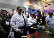 <p>Participantes prueban el videojuego Guitar Hero mientras utilizan lentes tridimensionales durante la Feria de Electrónica de Consumo en Las Vegas, 8 ene 2009. Las mayores compañías de tecnología del mundo llegaron a Las Vegas a mostrar sus últimas innovaciones en electrónica de consumo, pero pese a la serie de televisores, computadoras, teléfonos, cámaras y otros aparatos en exposición, quedó claro que la industria se prepara para un año muy duro. REUTERS/Rick Wilking</p>
