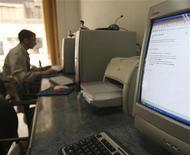 <p>Internet café in un'immagine d'archivio. REUTERS/Amr Dalsh</p>