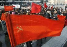 <p>Люди несут совесткий флаг на праздновании Дня рождения Иосифа Сталина в Гори 21 декабря 2008 года. Пока не разразился финансовый кризис, Шахин Керимов, работающий в России, регулярно отправлял деньги своей семье на родину в Азербайджан. Теперь, когда он уже несколько месяцев не получает зарплату, ему едва хватает на пропитание. REUTERS/David Mdzinarishvili</p>