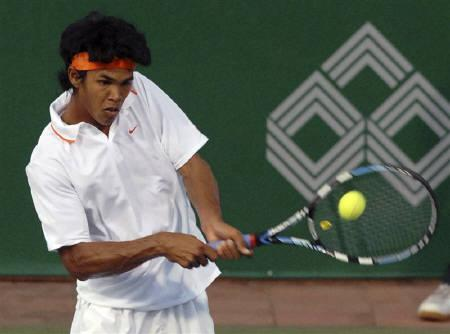 Somdev Devvarman of India returns a shot to Marin Cilic of Croatia during the finals of the Chennai Open ATP tennis tournament in this January 11, 2009 file photo. A positive attitude, strong legs and practice sessions with Andy Roddick have turned Devvarman into the new hope of Indian tennis. REUTERS/Babu/Files