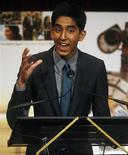 """<p>El actor Dev Patel acepta un premio al Actor Revelación por """"Slumdog Millionaire"""" en los premios de los críticos de cine de Estados Unidos en Nueva York, 14 ene 2009. El drama ambientado en India """"Slumdog Millionaire"""" obtuvo el jueves 11 nominaciones a los principales premios de cine de Gran Bretaña, luego de haber triunfado en los Globos de Oro y antes de la premiación de los Oscar del próximo mes. REUTERS/Shannon Stapleton</p>"""