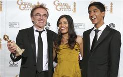 """<p>O diretor de """"Slumdog Millionaire"""", Danny Boyle, com seu Globo de Ouro na mão, ao lado da atriz Freida Pinto e do ator Dev Patel, que fazem parte do elenco do filme REUTERS/Lucy Nicholson (UNITED STATES)</p>"""