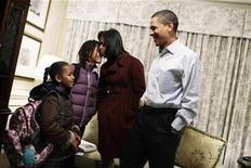 <p>El presidente electo Barack Obama y su esposa, Michelle, preparan a sus hijas para la escuela en Washington, 20 ene 2009. El diseñador de interiores Michael Smith, el preferido entre las celebridades de Hollywood, obtuvo una oportunidad única: redecorar la Casa Blanca. Smith, quien trabaja en Los Angeles, fue elegido esta semana por Barack Obama y su esposa, Michelle, para dejar su huella en los salones privados de la mansión ejecutiva, incluyendo las habitaciones de sus dos hijas. REUTERS/Callie Shell/Obama Transition Office</p>
