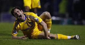 <p>Joe Cole, do Chelsea, reclama de dor após sofrer falta em partida contra Southend United, pela FA Cup, na qual rompeu o ligamento do joelho direito. O meio-campista ficará fora do restante da temporada. REUTERS/Eddie Keogh</p>