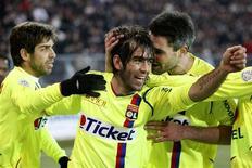 <p>Cesar Delgado, do Lyon, comemora após marcar gol contra o time adversário Grenoble, no Campeonato Francês. A vitória de 2 x 0 garantiu a liderança. REUTERS/Robert Pratta</p>