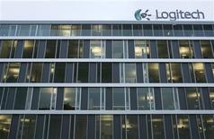<p>Logitech publie un bénéfice net au 3e trimestre en baisse de 70%, à 40 millions de dollars contre 134 millions sur la période correspondante de l'année précédente. /Photo prise le 6 janvier 2009/REUTERS/Denis Balibouse</p>