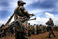<p>Congolese troops at the airport in the eastern city of Goma prepare to be redeployed to another part of the country, December 5, 2004. REUTERS/Finbarr O'Reilly</p>