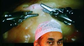 <p>Chirurgia, robot al pari degli uomini in alcune operazioni. To match feature REUTERS/Luke MacGregor</p>