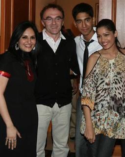 British director Danny Boyle (2nd L) poses with actress Freida Pinto (R), actor Dev Patel (2nd R) and co-director Loveleen Tandon during a news conference for their new film ''Slumdog Millionaire'' in Mumbai January 20, 2009.  REUTERS/Punit Paranjpe