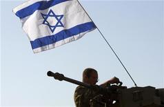<p>Израильский военнослужащий на границе с сектором Газа 21 января 2009 года. Израиль сообщил в среду об окончании вывода войск из сектора Газа после 22 дней боевых действий. REUTERS/Gil Cohen Magen (ISRAEL)</p>