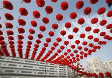 <p>A worker prepares red lantern decorations for the Spring Festival Temple Fair at the entrance to Ditan Park in Beijing January 20, 2009. Red decorations are customarily used by the Chinese to usher in the Lunar New Year, which starts on January 26 this year. REUTERS/Christina Hu</p>