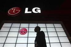 <p>LG Electronics fait état d'une perte nette record au titre de son quatrième trimestre, imputable aux mauvais résultats de son activité d'écrans plats et à la morosité du marché des téléphones mobiles. Pour la période d'octobre à décembre 2008, le groupe sud-coréen affiche une perte nette de 671,3 milliards de wons (375 millions d'euros). /Photo prise le 9 janvier 2009/REUTERS/Steve Marcus</p>