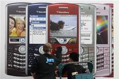 <p>Nokia et les principaux fabricants de combinés ont commencé à casser les prix après des fêtes de fin d'année décevantes, afin de juguler le recul de la demande et l'augmentation des stocks chez les détaillants. /Photo prise le 1er mars 2008/REUTERS/Hannibal Hanschke</p>