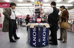<p>Sony avertit qu'il publiera une perte d'exploitation d'environ 260 milliards de yens (2,2 milliards d'euros) pour l'exercice en cours, un résultat pire qu'anticipé par le marché qu'il explique par la dégradation de la demande, l'appréciation du yen et le coût de la restructuration de ses activités d'électronique grand public. Cette perte annuelle serait la première subie par le groupe en quatorze ans. /Photo prise le 22 janvier 2009/REUTERS/Kim Kyung-Hoon</p>