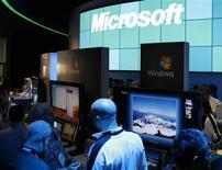 <p>Microsoft livre des résultats trimestriels inférieurs aux attentes de Wall Street et annonce qu'il supprimera jusqu'à 5.000 emplois et ne livrera plus de prévisions chiffrées pour le restant de l'exercice fiscal. Une situation que le géant des logiciels impute à la faiblesse du marché des PC et au succès grandissant des netbooks. /Photo prise le 9 janvier 2009/REUTERS/Rick Wilking</p>