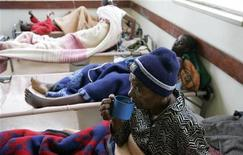 <p>Больной холерой пьет воду в Хараре 22 января 2009 года. Число заболевших холерой в Зимбабве, по прогнозам Красного креста, может превысить 60.000 уже на будущей неделе, после чего распространение болезни станет неконтролируемым. REUTERS/Philimon Bulawayo</p>