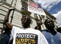 <p>Демонстранты митингуют возле посольства Судана в Лондоне 14 июля 2008 года. Россия планирует играть более весомую роль в решении проблем Африканского континента, в том числе в урегулировании дарфурского кризиса в Судане, сказал в воскресенье спецпредставитель российского президента по Судану Михаил Маргелов. REUTERS/Andrew Winning</p>