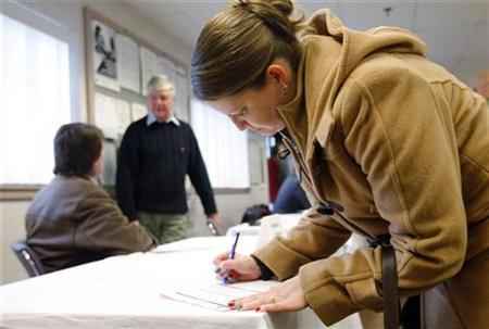 A job fair organized by the New Hampshire Employment Security agency in Salem, December 17, 2008. REUTERS/Brian Snyder