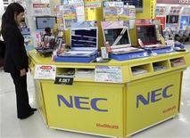 <p>Le groupe japonais NEC a l'intention de supprimer 20.000 emplois, expliquant vouloir se désengager du marché des composants pour écrans à cristaux liquides./Photo d'archives/REUTERS/Yuriko Nakao</p>