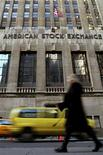 <p>Una donna davanti all'American Stock Exchange a New York. REUTERS/Brendan McDermid</p>