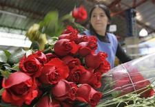 <p>Immagine d'archivio di rose rosse in un negozio di fiori. REUTERS/Jose Miguel Gomez (COLOMBIA)</p>