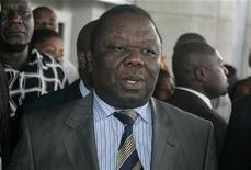 <p>Zimbabwean opposition leader and Prime Minister designate Morgan Tsvangirai (L) addresses the media at Harare international airport, January 28, 2009. REUTERS/Philimon Bulawayo</p>