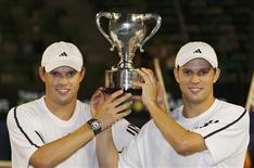 <p>Bob e Mike Bryan conquistaram seu terceiro título de duplas do Aberto da Austrália ao vencer o indiano Mahesh Bhupathi e Mark Knowles, de Bahamas, por 2-6, 7-5 e 6-0, neste sábado. REUTERS/Mick Tsikas (AUSTRALIA)</p>