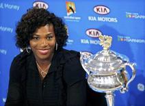 <p>Serena Williams arrasou Dinara Safina neste sábado em 6-0 e 6-3 e conquistou o título do Aberto da Austrália, reconquistando o posto de número um do ranking mundial. REUTERS/Darren Whiteside (AUSTRALIA)</p>