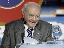 <p>Real Madrid great Alfredo Di Stefano delivers a speech after receiving a special president's award during his tribute at Madrid's Santiago Bernabeu stadium February 17, 2008. The 81-year-old Argentine was honoured by world football?s governing bodies, his former club and by fellow players in an emotive celebration of his life in Madrid on Sunday. REUTERS/Andrea Comas (SPAIN)</p>