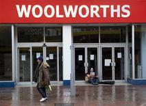 <p>Woolworths, le distributeur centenaire en faillite, va renaître comme distributeur en ligne après le rachat de la marque par Shop Direct, numéro un britannique du shopping sur internet. /Photo prise le 22 janvier 2009/REUTERS/Kevin Coombs</p>