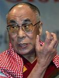 """<p>Dalai Lama habla en un congreso global en Nueva Delhi, 17 ene 2009. El exiliado líder espiritual del Tíbet, el Dalai Lama, fue llevado al lunes a un hospital de Nueva Delhi tras quejarse de un """"leve malestar"""" en uno de sus brazos, dijo su portavoz. REUTERS/B Mathur (INDIA)</p>"""
