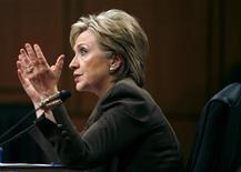 <p>Госсекретарь США Хилари Клинтон во время утверждения её кандидатуры на этом посту в Сенате в Вашингтоне 13 января 2009 года. Госсекретарь США Хиллари Клинтон может в середине января посетить Китай, Южную Корею, Японию и, возможно, Индонезию, сообщили в понедельник источники во внешнеполитическом ведомстве. REUTERS/Kevin Lamarque</p>
