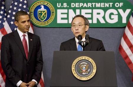 President Barack Obama (L) watches Secretary of Energy Steven Chu speak at the U.S. Department of Energy in Washington, February 5, 2009. REUTERS/Larry Downing