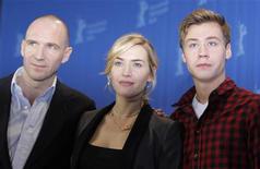 <p>De izquierda a derecha: El actor Ralph Fiennes, la actriz Kate Winslet y el actor David Kross durante las fotografías promocionales de la cinta 'The Reader' en el quincuagésimo noveno festival de Cine de Berlín, 6 feb 2009. Las películas bélicas no son algo nuevo, pero una serie de cintas basadas en Alemania durante la Segunda Guerra Mundial, el Holocausto y la historia más reciente están llegando a las pantallas al mismo tiempo, y los directores predicen que aún hay más por llegar. REUTERS/Johannes Eisele</p>