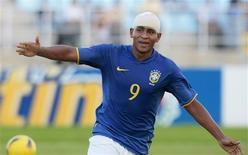 <p>O Brasil conquistou na sexta-feira o título do Campeonato Sul-Americano de Futebol sub-20, depois de vencer a Colômbia por 2 x 1 e aproveitar o empate por 2 x 2 entre Uruguai e Paraguai, enquanto a Argentina se lamentava por apenas empatar por 1 x 1 com a Venezuela. REUTERS/Henry Romero</p>