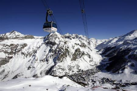 A cable car is pictured on the Bellevarde face in Val d'Isere in this January 31, 2008 file photo. REUTERS/Denis Balibouse/Files