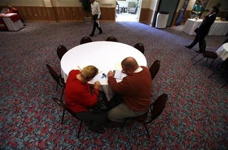 A couple fills out an application form at a job fair organized by The News-Press newspaper in Estero, Florida January 14, 2009. REUTERS/Carlos Barria