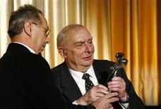 <p>El director de cine Dieter Kosslick (izquierda en la imagen) entrega el premio Berlinale por los reconocimientos a su carrera a su colega Claude Chabrol durante el festival de cine de Berlín, 8 feb 2009. Dos documentales del Festival de Cine de Berlín dan un golpe al sector alimentario, uno de los varios aspectos del mundo empresarial que ha sido sometido a la crítica en el certamen este año. REUTERS/Fabrizio Bensch</p>