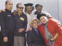 """<p>Los músicos cubanos de Buena Vista Social Club (izq-der de pie) Orlando """"Cachaíto"""" López, Barbarito Torres, Juan De Marcos, Ibrahim Ferrer, (abajo) Compay Segundo y Omara Portunado en una imagen de archivo tomada en Ciudad de México el 26 de febrero del 2003. Orlando """"Cachaíto"""" López, una de las leyendas de la agrupación musical cubana Buena Vista Social Club, falleció en La Habana a los 76 años, informó el martes la prensa local. REUTERS/Henry Romero/Archivo</p>"""