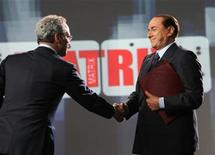 <p>In un'immagine dello scorso 11 aprile, Silvio Berlusconi con Enrico Mentana nello studio di 'Matrix'. REUTERS/Alessandro Di Meo/Pool</p>