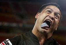 <p>Il rugbista neozelandese Issac Luke durante l'esecuzione dell'haka. REUTERS/Mick Tsikas (AUSTRALIA)</p>