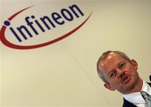 <p>Selon Peter Bauer, le président du directoire d'Infineon, les ventes annuelles du fabricant allemand de semi-conducteurs pourraient chuter davantage que prévu. /Photo prise le 3 décembre 2008/REUTERS/Michael Dalder</p>