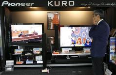 <p>Pioneer a décidé de se retirer du marché des téléviseurs à écrans plats. Le fabricant japonais d'électronique grand public, qui prévoit une perte prévisionnelle accrue sur l'exercice en cours, clos fin mars, va par ailleurs procéder à 10.000 suppressions d'emplois supplémentaires. /Photo prise le 4 mars 2008/REUTERS/Toru Hanai</p>