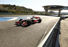 <p>Piloto da McLaren Lewis Hamilton treina no circuito de Jerez, na Espanha. REUTERS/Marcelo del Pozo</p>