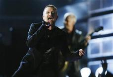 <p>Lead singer Bono of the band U2 performs at the 51st annual Grammy Awards in Los Angeles February 8, 2009. REUTERS/Lucy Nicholson</p>