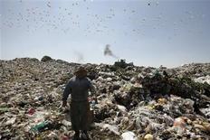 <p>Un empleado de gobierno trabaja en el basural Nezahualcoyotl en Ciudad de México, 6 feb 2009. La capital mexicana no sabe dónde poner los desperdicios que produce, capaces de llenar cuatro Estadios Azteca anualmente, mientras los problemas ambientales presionan a las autoridades locales para cerrar el gigantesco y saturado basurero de la ciudad. REUTERS/Daniel Aguilar (MEXICO)</p>