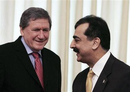 Pakistan's Prime Minister Yousaf Raza Gilani talks to Richard Holbrooke, U.S. special envoy to Pakistan and Afghanistan, in Islamabad, February 10, 2009. REUTERS/Faisal Mahmood