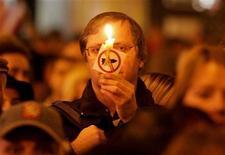 <p>Участник митинга протеста против размещения элементов американской ПРО на территории Чехии в Праге 17 ноября 2008 года. Соединенные Штаты готовы изменить темпы размещения элементов противоракетной обороны в Восточной Европе при условии, что Россия поможет остановить проводимую Ираном программу по созданию ядерного оружия, заявил в пятницу высокопоставленный американский дипломат. REUTERS/David W Cerny</p>