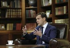 <p>Президент России Дмитрий Медведев дает интервью российскому телеканалу в Москве, 15 февраля 2009 года Президент России Дмитрий Медведев, в воскресенье грозивший карами неэффективным губернаторам, уже в понедельник принял отставку четырех из них. Кремль назвал это антикризисной мерой, а аналитики расценили как демонстрацию готовности к решительным шагам политика, играющего вторую скрипку в правящем тандеме.REUTERS/RIA Novosti/Kremlin/Dmitry Astakhov (RUSSIA)</p>